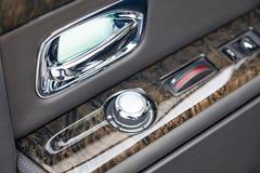 De binnenlandse mening van nieuw een zeer dure auto, een lange zwarte limousine met achtergedeelte opende deur, controlebord, han stock afbeelding