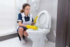 De binnenlandse rand van het arbeiders schoonmakende toilet Royalty-vrije Stock Foto's