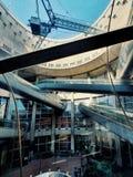 De binnenlandse ruimte van de Moderne architectuur van Charles de Gaulle-luchthaventerminal één, Parijs, Frankrijk stock foto