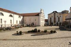 De binnenplaats buiten de kerk Vinnitsa stock foto's