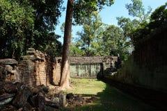 De binnenplaats van de dilapidated tempel complex in Indochina Oude ru?nes in het bos royalty-vrije stock fotografie
