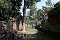 De binnenplaats van de dilapidated tempel complex in Indochina Oude ru?nes in het bos stock fotografie