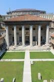De binnenplaats van het archeologische Museum met antieke kolommen stock afbeeldingen