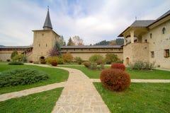 De Binnenplaats van het Klooster van Sucevita stock afbeeldingen