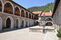 De binnenplaats van het Kykkosklooster met een put Stock Afbeeldingen