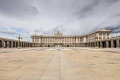 De binnenplaats van Madrid Royal Palace bij smerig weer Stock Afbeelding