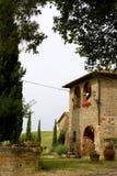 De binnenplaats van TOSCANIË met cipres en landbouwbedrijf Stock Fotografie
