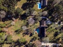 De Binnenplaatsen van buurtpools van boven Lucht Geschotene Binnenlandse Woonwijk Grasrijk Amerika stock afbeeldingen