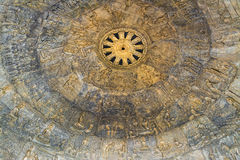 De biografie van Boedha op een mooi kerfplafond in wat Dhammamon Stock Fotografie