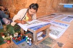 De Birmaanse kunstenaarsvrouw trekt het schilderen Stock Afbeelding