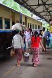 De Birmaanse mensen en vreemdelingstrein van het reizigerswachten bij station Stock Foto's