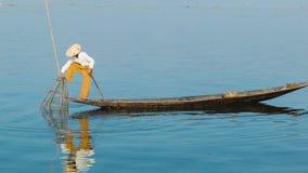 De Birmaanse vissen van vissersvangsten gebruikend een val Het Meer van Inle, Myanmar stock videobeelden