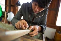 De Birmaanse zilveren arbeider schaaft een zilveren ketting Royalty-vrije Stock Foto