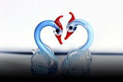 De blåa svanarna på vit bakgrund royaltyfria bilder