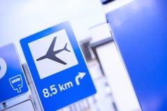 De blåa vägmärkena med tecknet av flygplanet arkivfoton