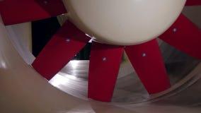 De bladen van turbine roteren binnen windtunnel in aërodynamisch laboratorium stock footage