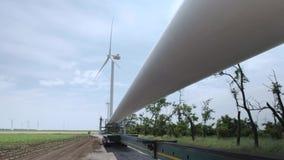 De bladen van de windturbine op een vrachtwagen stock footage