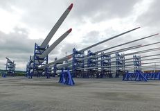 De bladen van de windturbine voor bouw bij de haven worden gestapeld die royalty-vrije stock foto's