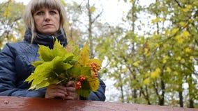 De bladeren en de lijsterbes van de vrouwenholding stock footage