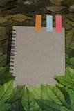De bladeren en het notitieboekje op houten tuinlijst Uitstekende beeldtoon van de Herfstachtergrond kan gebruikt tekstbericht of  Stock Foto's