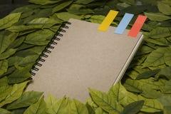 De bladeren en het notitieboekje op houten tuinlijst Uitstekende beeldtoon van de Herfstachtergrond kan gebruikt tekstbericht of  Royalty-vrije Stock Foto's
