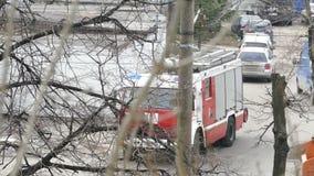 De bladeren van de brandvrachtwagen op de straat stock video