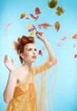 De bladeren van het meisje en van de herfst royalty-vrije stock afbeeldingen