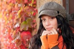 De bladerenportret van de herfst van mooi vrouwelijk model Stock Foto