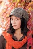 De bladerenportret van de herfst van mooi vrouwelijk model Stock Foto's