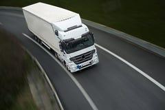 De blanc camion semi sur la route Photo libre de droits