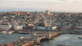 De Blauw Moskee en Marche Yeni Cami in de avond Een breed kader van Istanbuls-kathedralen en de Gouden Hoornstraat binnen stock video