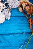 De blauwe achtergrond van de de zomervakantie met ruimte voor adverterend en maritiem thema Stock Fotografie