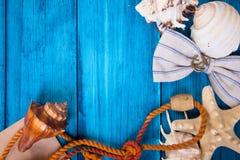 De blauwe achtergrond van de de zomervakantie met ruimte voor adverterend en maritiem thema Stock Foto
