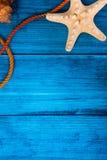 De blauwe achtergrond van de de zomervakantie met ruimte voor adverterend en maritiem thema Stock Afbeeldingen