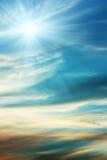 De blauwe achtergrond van de hemel met wispy wolken Stock Afbeelding