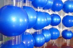 De blauwe achtergrond van de pilatesbal Stock Foto