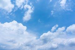 De blauwe Achtergrond van Hemel Heldere Wolken Stock Foto