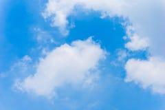De blauwe Achtergrond van Hemel Vlotte Wolken Stock Fotografie