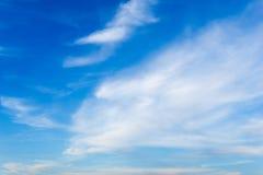 De blauwe achtergrond van hemel witte wolken Stock Afbeeldingen