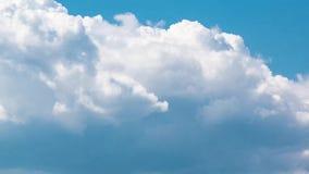 De blauwe achtergrond van hemel witte wolken timelapse Mooi weer bij bewolkte hemel Schoonheid van heldere kleur, licht in de zom stock video
