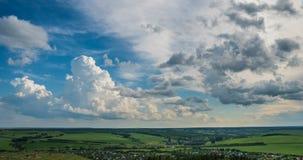 De blauwe achtergrond van hemel witte wolken timelapse Mooi weer bij bewolkte hemel Schoonheid van heldere kleur, licht in de zom stock videobeelden