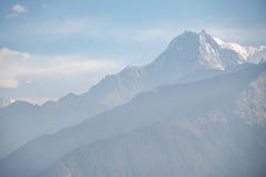 De blauwe achtergrond van het bergketenlandschap Stock Afbeelding