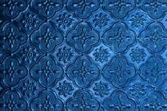 De blauwe achtergrond van het vensterglas in Thais stijlhuis Stock Foto