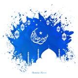 De blauwe achtergrond van de kleurenplons met illustratie van moskee en lantaarn in witte kleur Islamitische Arabische tekst van  royalty-vrije illustratie