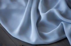 De blauwe achtergrond van de stoffentextuur, golvende stof Stock Foto
