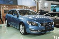 De blauwe auto van Volvo aandrijving-e Stock Foto's