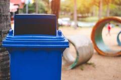 De blauwe bak is een niet rekupereerbare afvalbak royalty-vrije stock afbeeldingen