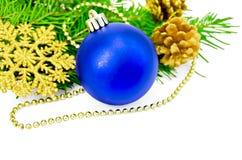 De blauwe bal van Kerstmis met gouden ornamenten Royalty-vrije Stock Fotografie