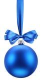 De blauwe bal van Kerstmis op het feestelijke lint. Royalty-vrije Stock Foto's