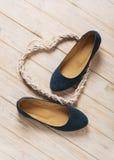 De blauwe ballerina's van vrouwen` s schoenen op houten achtergrond Stock Afbeeldingen